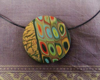 Round pendant with green patterns, cracked leather effect gold Choker necklace