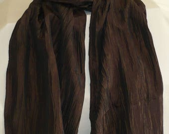 Large scarf in changing wrinkled Brown taffeta