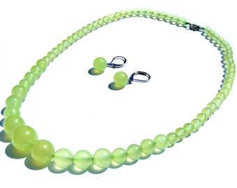 Collier composé de 66 perles péridots vert clair de 14,12,10,9,7 mm et boucle d'oreille.
