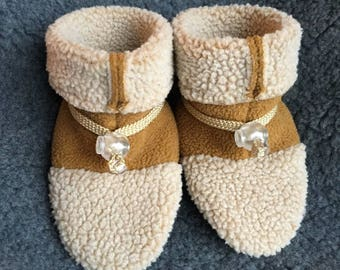 Adorable baby slipper, booties, soft sole shoe from Toggle Toes in infant size 4-12 months, baby shoe size 1-4