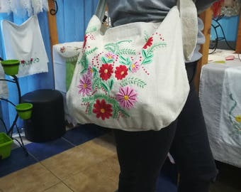 Ručno vezena torba.