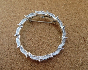 Beautiful vintage silver tone wreath circle pin brooch by Gerrys