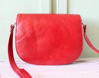 1980s RED LEATHER Boho Handbag..soft leather. indie. hobo. retro. red purse. rad 80s. red leather. prep. classic. vintage purse. valentine