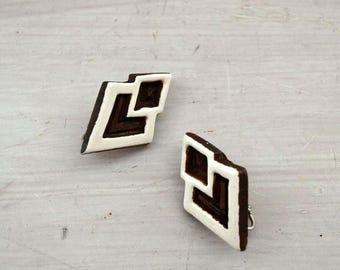 FIRE SALE 25% Off Tribal Wood Earrings - 1970s Clip On Earrings - Geometric Brown White Vintage Hippie Boho Earrings
