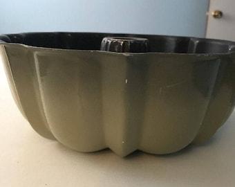 Vintage USED 12 Cup Green Bundt Cake Aluminum Pan Cake