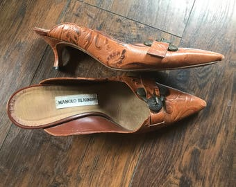 Vintage 90's Manolo Blahnik Heels Mules Vintage Tooled Leather Women's Shoes Made In Italy 38 1/2 Size 8 Pointy Shoes G2