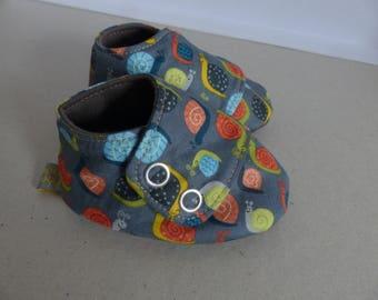 chaussons 6/9 mois en coton gris avec des escargots oranges, verts et bleus et jersey brun