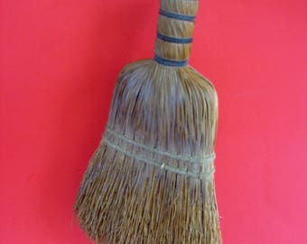 Very vintage wisk broom in very nice vintage condition