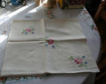 Vintag Hand Embrodered Tablecloth and Napkin Set