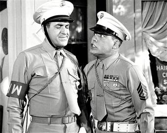 Jim Nabors (as Gomer Pyle) and Frank Sutton (as Gunner Sergeant Vince Carter) in a publicity photo from  Gomer Pyle, USMC
