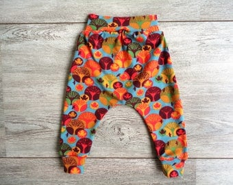 Baby leggings with autumn print