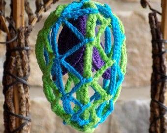 Oeuf de Pâques avec fleur au crochet, à poser ou suspendre, oeuf crocheté, oeuf ajouré, oeuf décoratif, déco crochet, déco Pâques, ornement