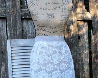 Vintage. White/lace/sheer apron. Reversible apron. Gorgeous apron! Clean and pretty! 1960s.