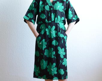 Vintage 1960s One Size Loose-Fitting Green and Black Giant Floral Print Linen Dress Medium Large