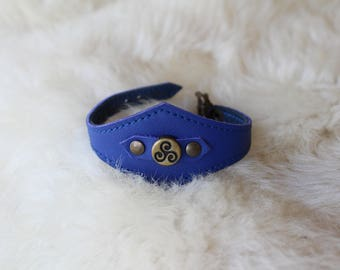 blue leather bracelet; Blue Celtic bracelet; triskell bracelet. leather strap and triskell