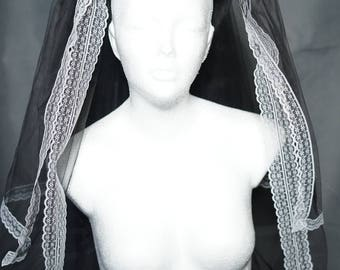 Gothic wedding veil black and white with roses / veil in black with white lace and fabric flowers