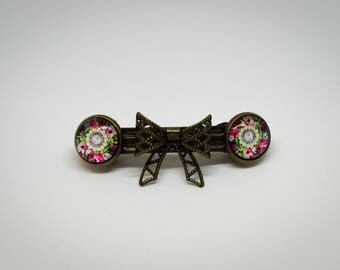 Vintage-style hair clip with 2 cabochons and playful bow.