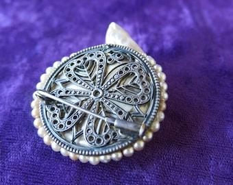 superbe broche ancienne en forme de coquillage nacré, contour perlé et dos en métal ajouré 4 cœurs réunis, very beautiful old brooch
