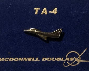Mcdonnell Douglas aircraft pin hat or lapel gold 1 inch