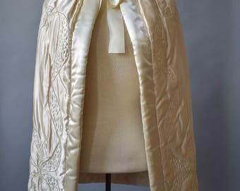1940s Cape / Vintage White Cape / Vintage Capelet / Hooded Cape / Formal Cape / Winter Wedding / Winter Accessory / White Satin Cape Small
