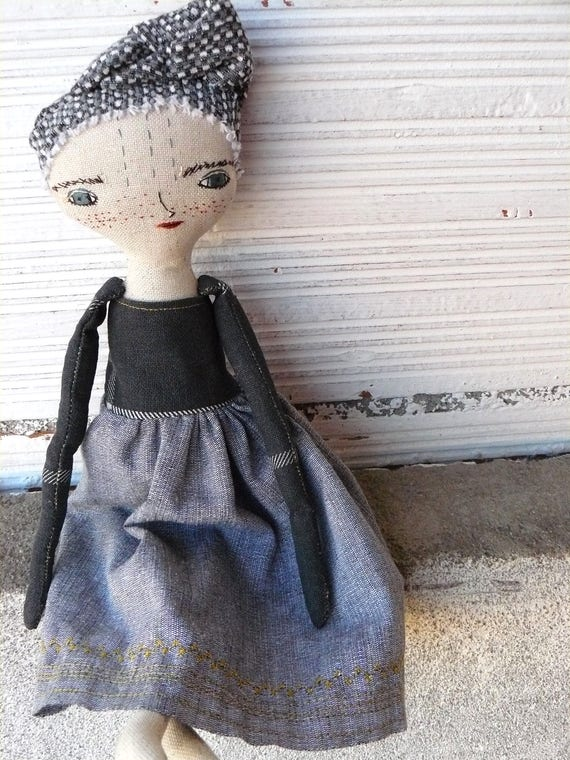 Art doll in cotton and linen fabric hair. 32 cm. Embroidered dress