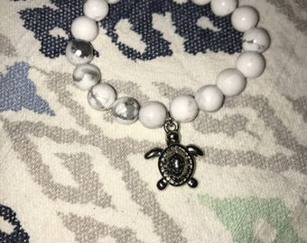 Simple Silver Sea Turtle Beaded White Bracelet 6 & 1/2 Inches