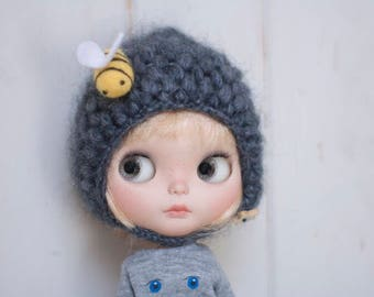 Blythe pixie mohair hat in blue with a little needle felting bumblebee/hat for Blythe pixie blue mohair with Bumblebee