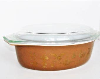 Pyrex 2 1/2 Qt Casserole Dish Early American  & More on Side Decor