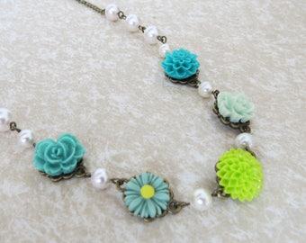 Green flower necklace. Flower necklace, Resin flower necklace, Bib necklace, Pearls, Flowers