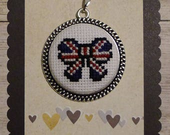 Pendant romantic cross-stitched