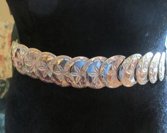 "Vintage silver tone stretch belt.  Fits 24-40"" Embossed with silver leaf. Excellent silver stretch belt."