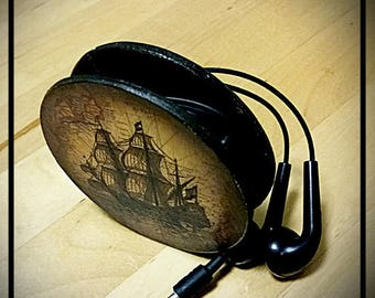 Device for storing wired headphones for mobile phones