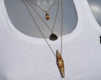 collier boho chic multi rangs, collier fine chaîne laiton 3 rangs, collier bohème, bijou bohème pierres et os gravé