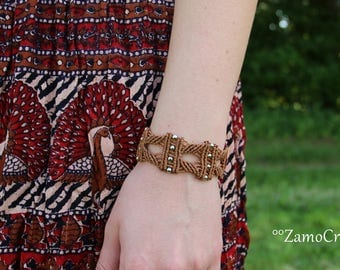 Handgeknüpftes Makramee Armband in haselnussbraun mit Metallperlen