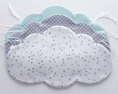Ensemble comprenant un tour de lit 3 nuages, 4 bavoirs bébé et 1 lot de 8 lingettes