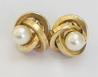 A super pair of vintage 9ct yellow gold pearl stud earrings