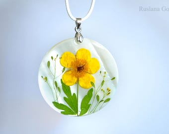 Mother-of-Pearl pendant with real dried flowers in epoxy resin Sea shell gift for mom Unique botanical necklace for her Buttercup jewelry
