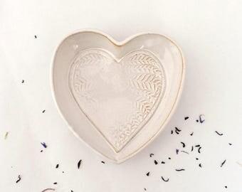 Plat Cœur blanc, décor feuillage, en grès