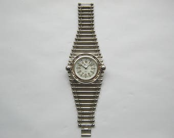 Ladies Watch Quartz with mother of pearl Dial, Piranka Japan ca. 1976, Wide metal bracelet