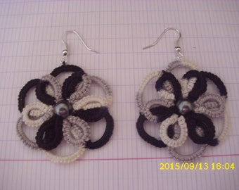 a pair of tatted earrings / lace 4cm in diameter