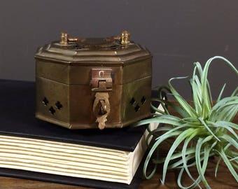 Brass Cricket Box / Brass Trinket Box / Vintage Catchall / Small Hinged Box Brass Vintage / Vintage Cricket Box / Brass Accent Bookshelf