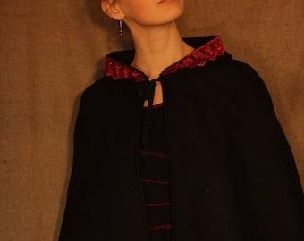 Cape  noire avec capuche bordée de dentelle rouge ou galon   Cape Diem