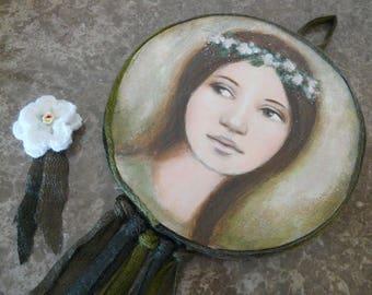 """fée de la forêt , portrait de jeune femme douce + broche fleur au crochet clin d'oeil , végétal vert , Peinture ronde """"Rêve"""""""