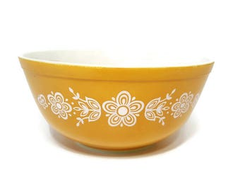Pyrex mixing Bowl Butterfly Gold 1979 403 2 1/2 QT Floral design Made in the USA Ovenware cookware dinnerware Vintage 70s Nesting Bowl