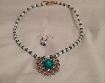 Vintage style necklace and earringsTeal glass and freshwater pearls.