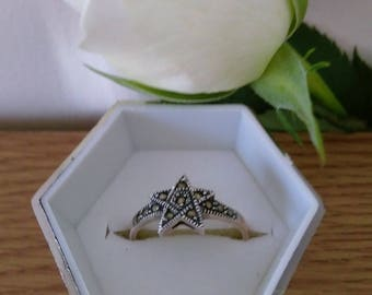 Beautiful Vintage Sterling Silver Marcasite Star Ring.   Boxed.   UK Size Q