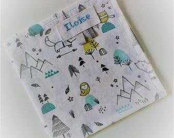 Serviette de table enfant ,personnalisable ,serviette de cantine,coton représentant des petits animaux stylisés,tons turquoises et gris .