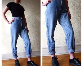 Vintage Levis // high rise Levi jeans // light wash // mom jeans