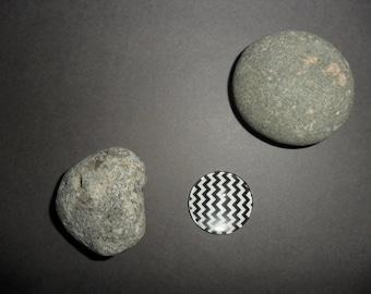 black and white zig - zag pattern glass cabochon, round 18 mm