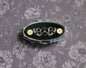 Pill box or small vintage oval box 2 compartments, resin and watch parts Steampunk